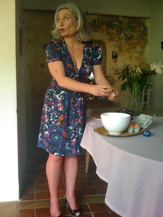 Ariane prépare la tarte à l'oignon